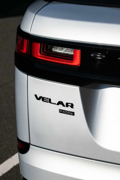 1.RR_Velar_21MY_Detail_Badge_230920
