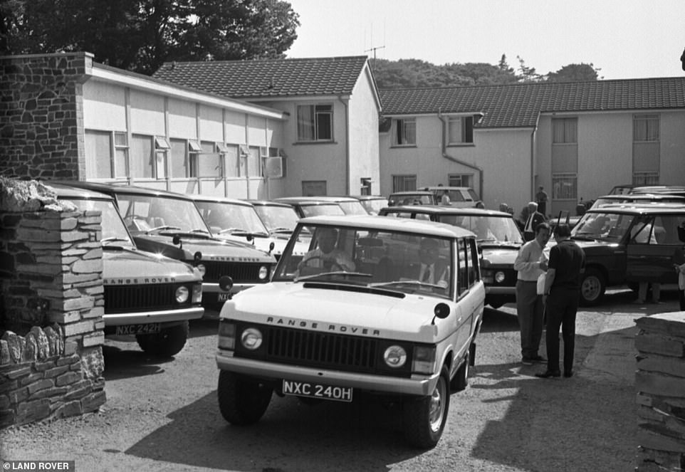 29625672-8422393-The_first_generation_Range_Rover_being_tested_by_journalists_for-a-51_1592229362546